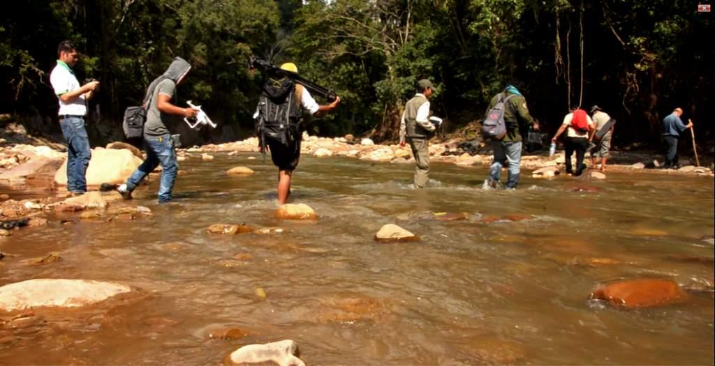 Foto del equipo en el Amboró cruzando un Río
