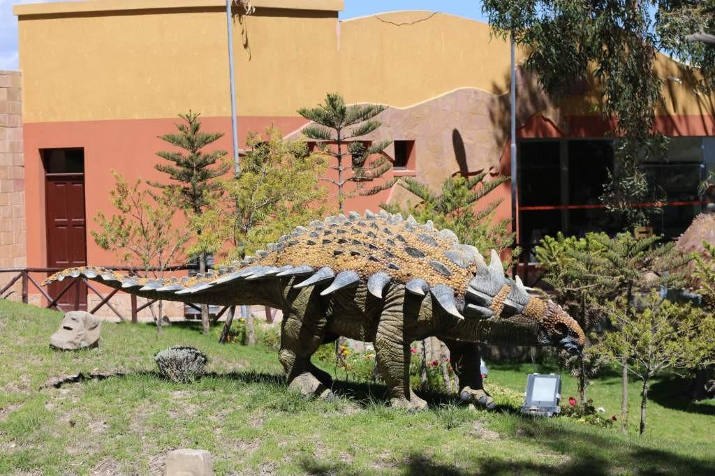 A escasos 300 metros del farallón de huellas de dinosaurio de Cal Orcko, se alza el sorprendente el Parque Cretácico, un complejo turístico único que brinda la posibilidad de conocer a los protagonistas de este legado paleontológico, en uno de los más auténticos escenarios naturales.