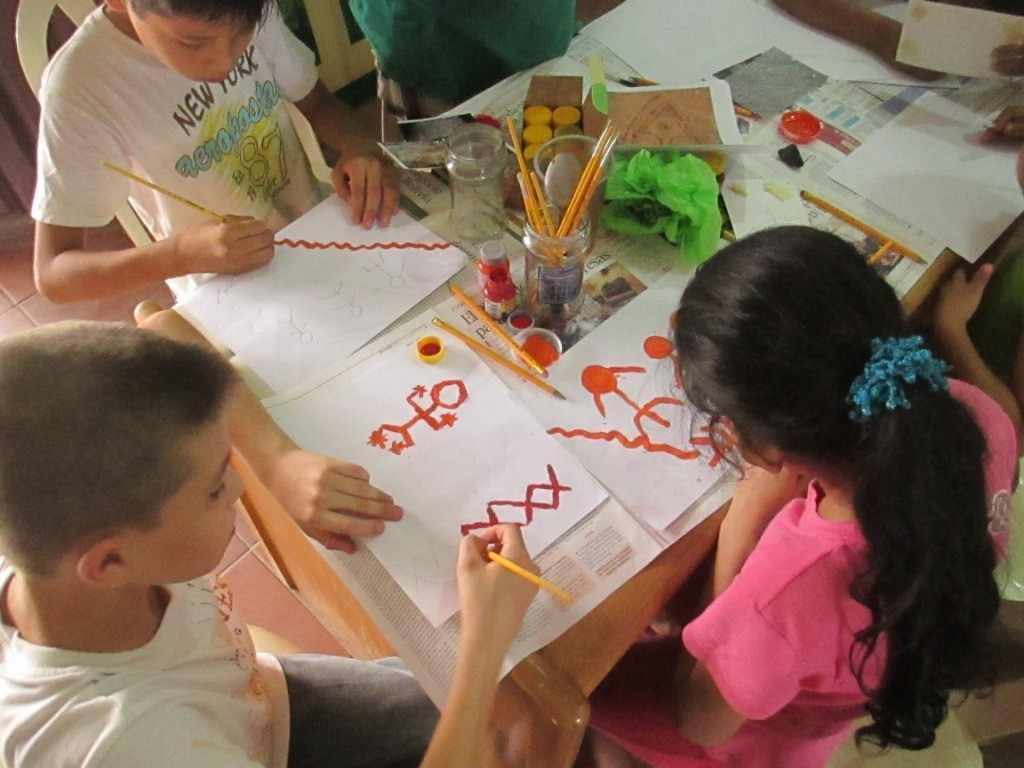actividad creativa con los ninos sobre el arte rupestre de la region