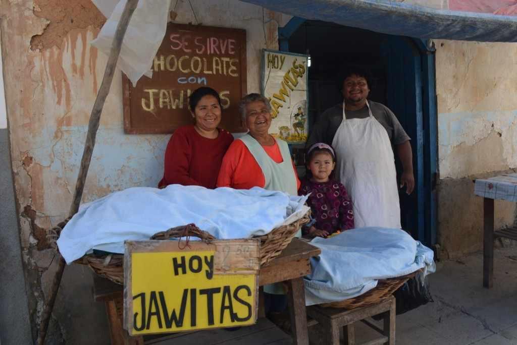 Lo que en su juventud fue su tabla de salvación se convirtió en su medio de vida permanente. Rosa crió a sus cuatro hijos con este negocio y todos aprendieron la receta familiar. Incluso en La Paz y Santa Cruz se comercializan las jawitas irupaneñas preparadas por sus familiares.