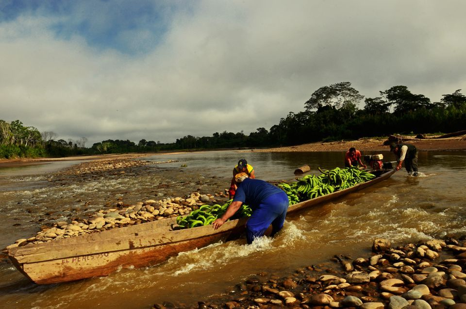 Canoa atascada entre las rocas en un rebalse del río Beni.