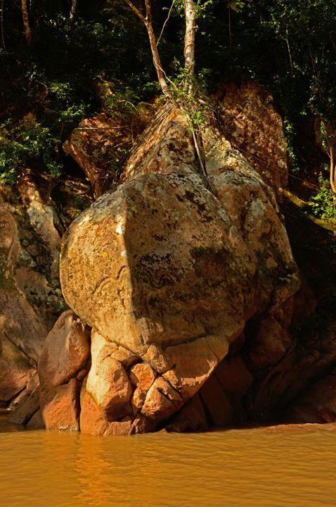 Petroglifos sobre las rocas del cañón del Beu.