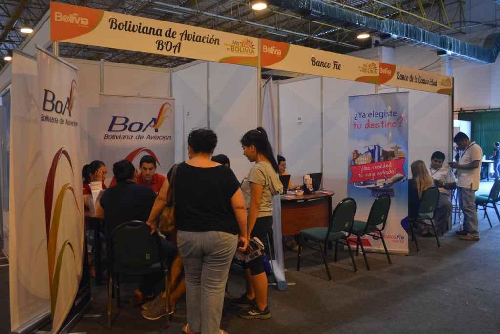 Empresas aéreas y entidades financieras también estuvieron presentes con ofertas para los visitantes.