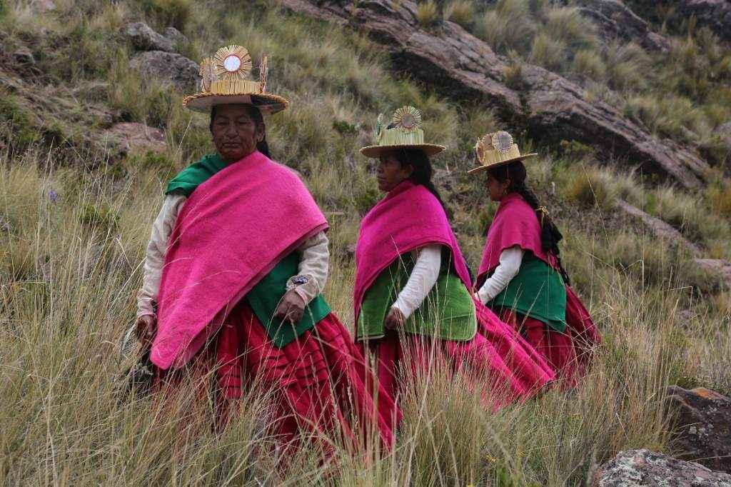 Mujeres de Andamarca durante la danza Tituri . Foto: Satori Gigie / Bithumano