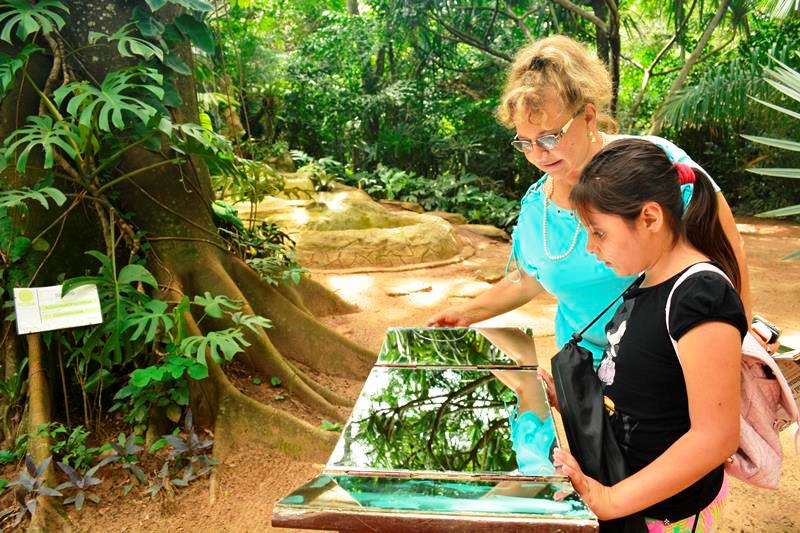 Amor por la naturaleza. Rebeca es una amante de la naturaleza gracias a la influencia de su abuelo, don Isaac Attíe, quien llegó a Tarija desde Israel y fue alcalde de esa ciudad por 18 años.