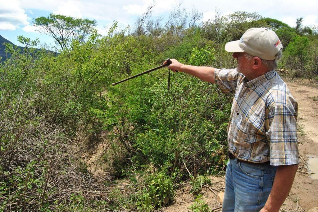 Don Anastasio señala el lugar donde fueron emboscados y asesinados los guerrilleros Roberto Peredo (Coco), Mario Gutiérrez (Julio) y Manuel Hernández Osorio (Miguel).