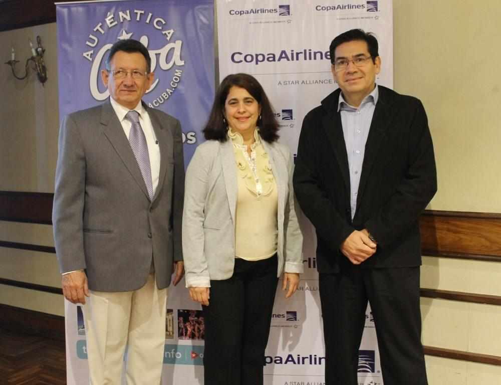 Raúl Castro, Cónsul de Cuba para Bolivia, Niurka Martínez, Consejera de la Embajada de Cuba para el turismo del Cono Sur, y Samuel Oña, ejecutivo comercial Copa Air.