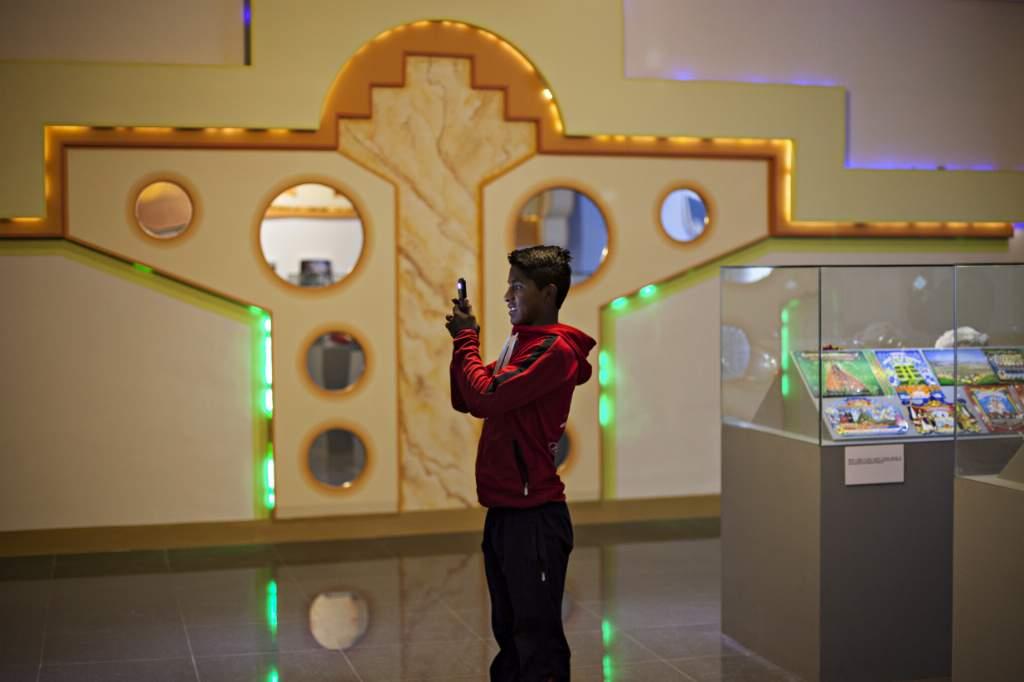 Freddy Mamani, uno de los impulsores de la nueva arquitectura andina, decoró una de las salas del recinto. Foto: Patricio Crooker ©