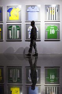 En una de las paredes del museo hay poleras de equipos de fútbol. Foto: Patricio Crooker ©